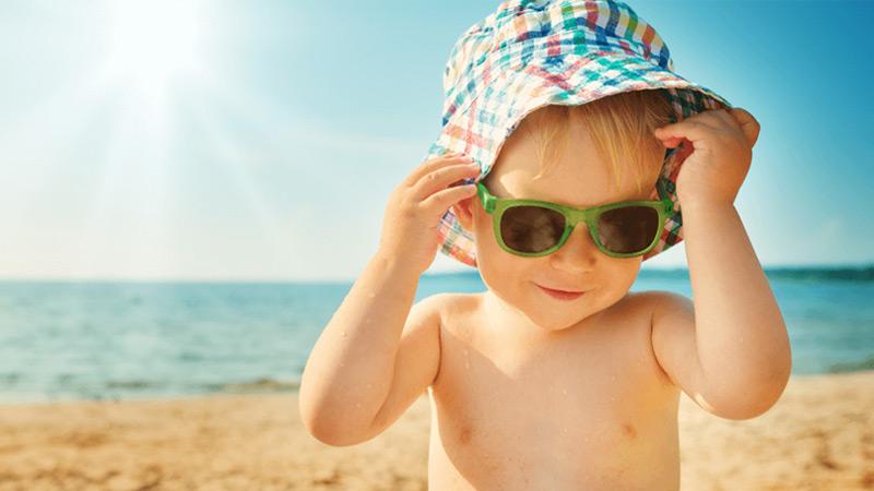 tiếp xúc ánh nắng mặt trời giúp tổng hợp vitamin d cho bé