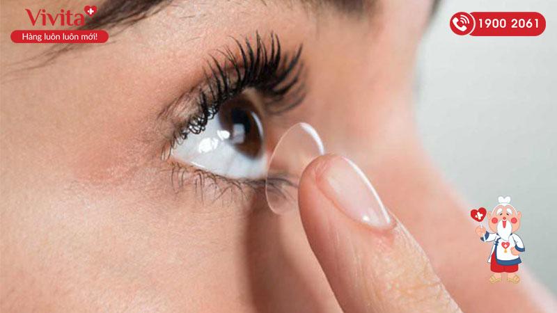 Thói quen xấu liên quan đến kính áp tròng gây hại mắt