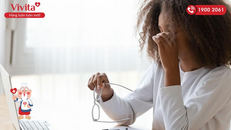 Dùng máy tính thường xuyên là thói quen có hại đến mắt