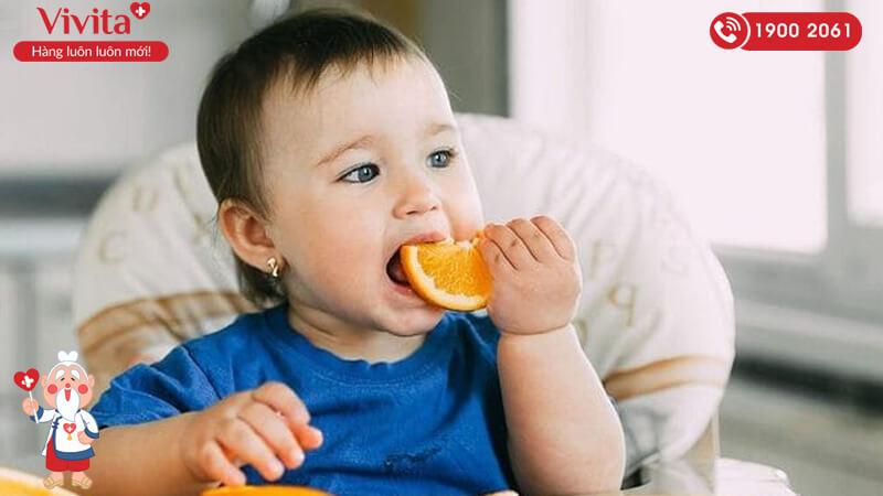 Cho trẻ ăn rau và trái cây