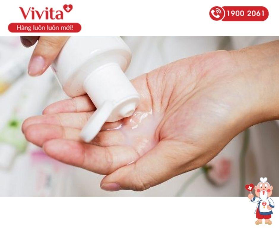 Sau khi thay băng vệ sinh, cần rửa sạch vùng kín với dung dịch vệ sinh phụ nữ