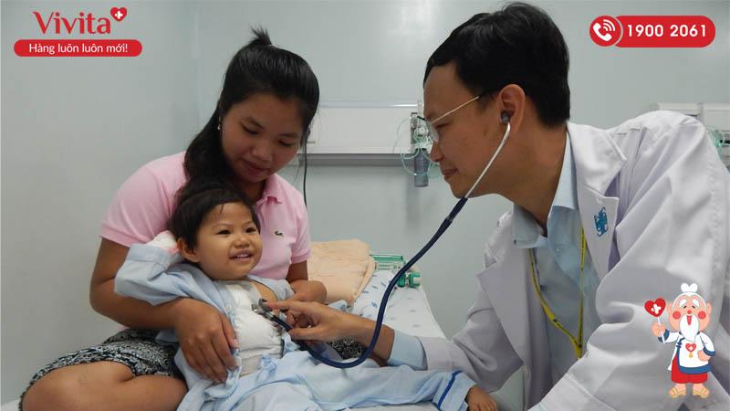 ThS.BS Cao Đằng Khang đang thăm khám cho một bệnh nhi sau ca mổ