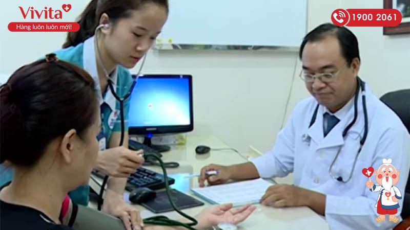 ThS.BS Trương Phi Hùng khám và tư vấn cho bệnh nhân