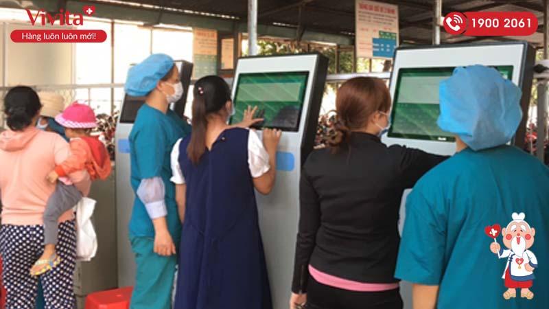 Nhân viên bệnh viện hướng dẫn người dân khai báo y tế trên máy