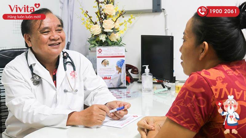 TS.BS Lê Huy Hòa tư vấn bệnh nhân