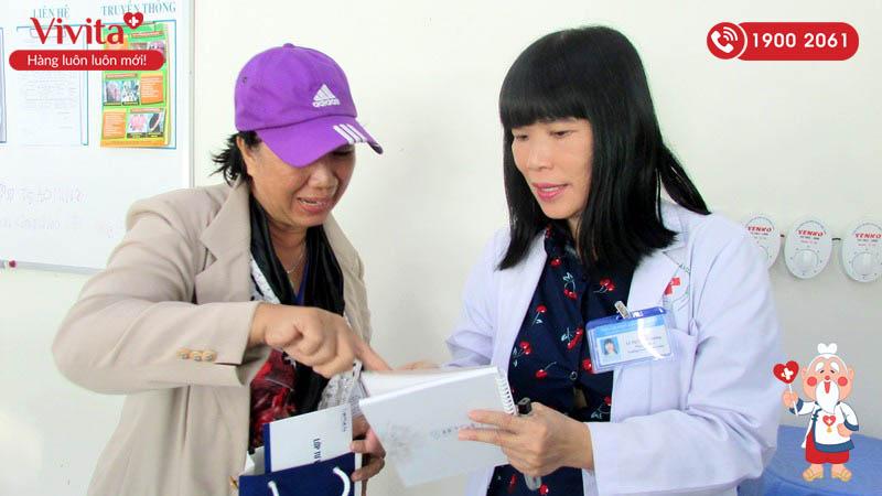 TS.BS Lê Thị Tuyết Phượng tư vấn cho bệnh nhân