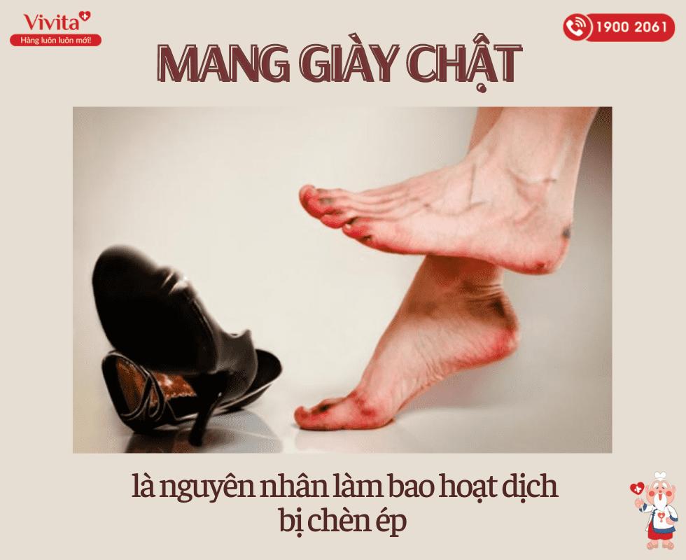 Mang giày quá chật là nguyên nhân phổ biến gây ra viêm bao hoạt dịch ngón chân cái.