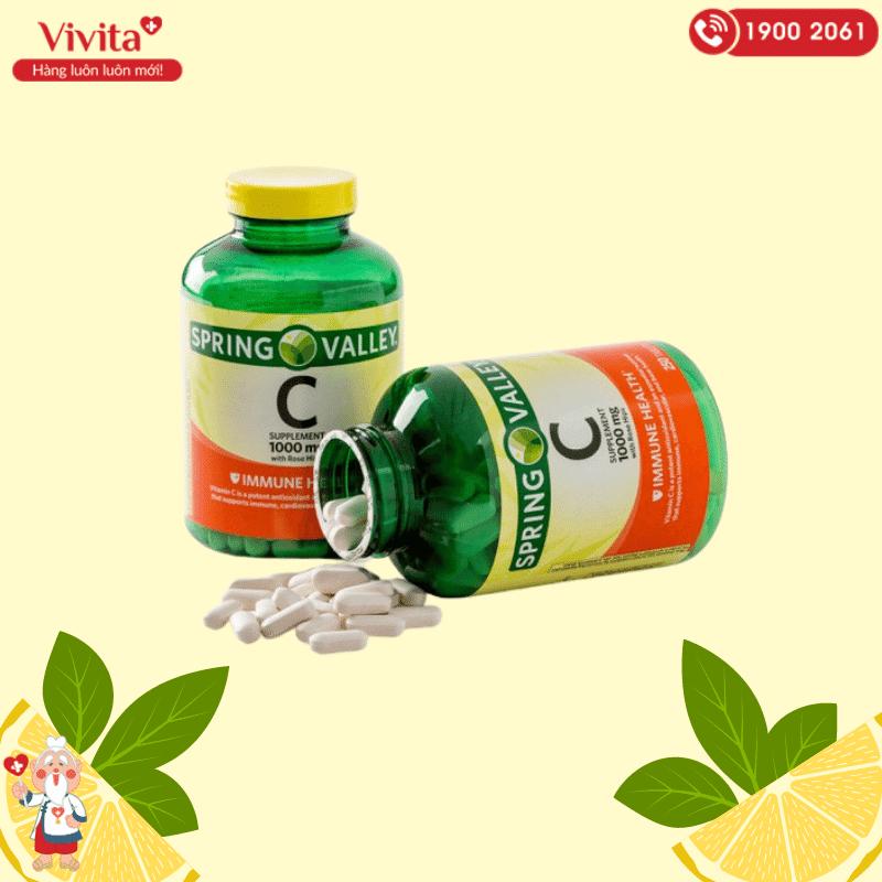 Viên uống bổ sung vitamin C của Spring Valley được kết hợp bởi vitamin C từ các loại trái cây và chiết xuất quả tầm xuân (rose hips).